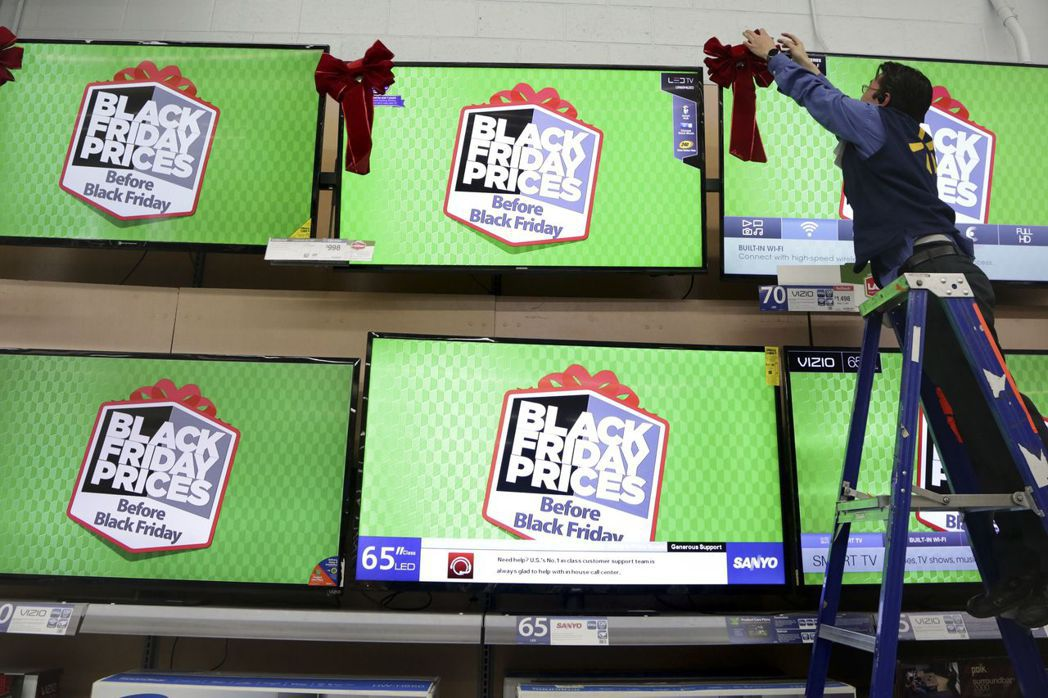 洛杉磯一家沃爾瑪超市的經理在準備「黑色星期五」裝飾。 (路透)
