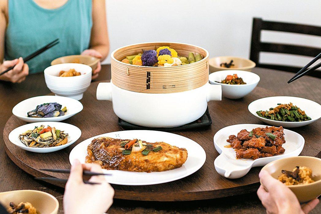 選組具有中式風格的餐具,能讓圍爐氣氛更有感覺。 品家家品/提供