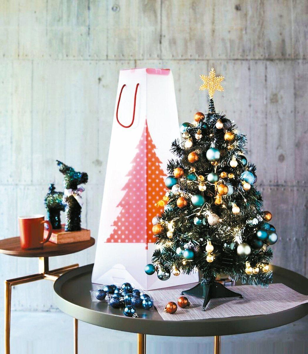 耶誕樹加上小禮物,讓節慶氣氛更濃厚。 HOLA/提供