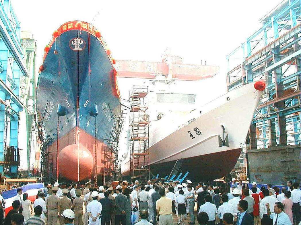 財政部關稅總局第一艘六百噸巡緝艦「國星艦」(右),2000年時在高雄港舉行下水典...