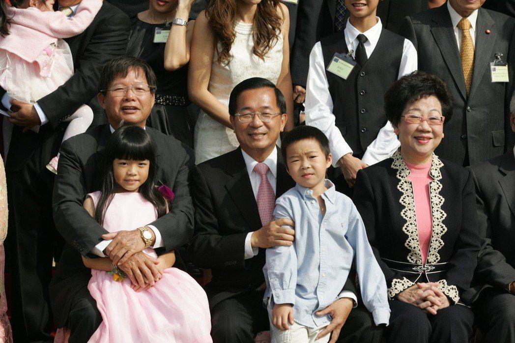 陳水扁於2007年參訪慶富造船廠,與陳慶男家人合照,當時立委邱毅爆料合照日前不到...