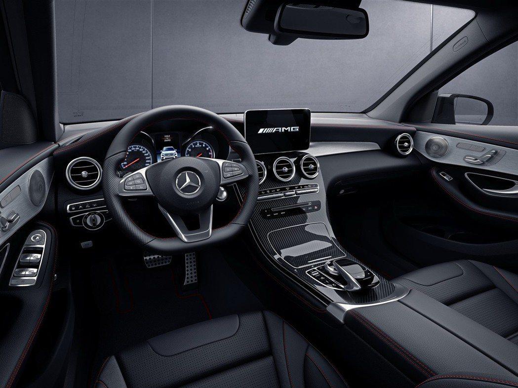 專屬的AMG內裝套件包含跑車方向盤、跑車座椅、紅色安全帶以及包覆內裝的獨特紅色縫線都為GLC43 4MATIC營造出運動感十足的性能氛圍。 圖/台灣賓士提供