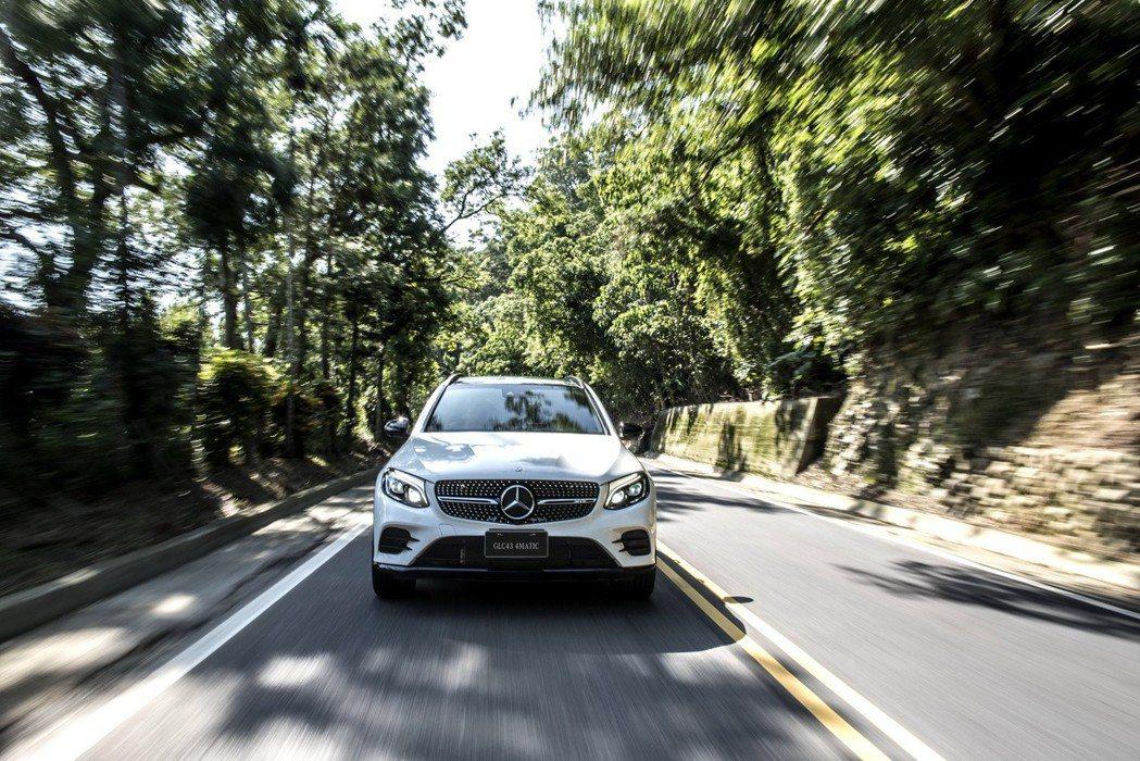 搭載AMG獨家調校的3.0升V6雙渦輪增壓引擎, 4.9秒即可完成0-100kmh加速。 圖/台灣賓士提供