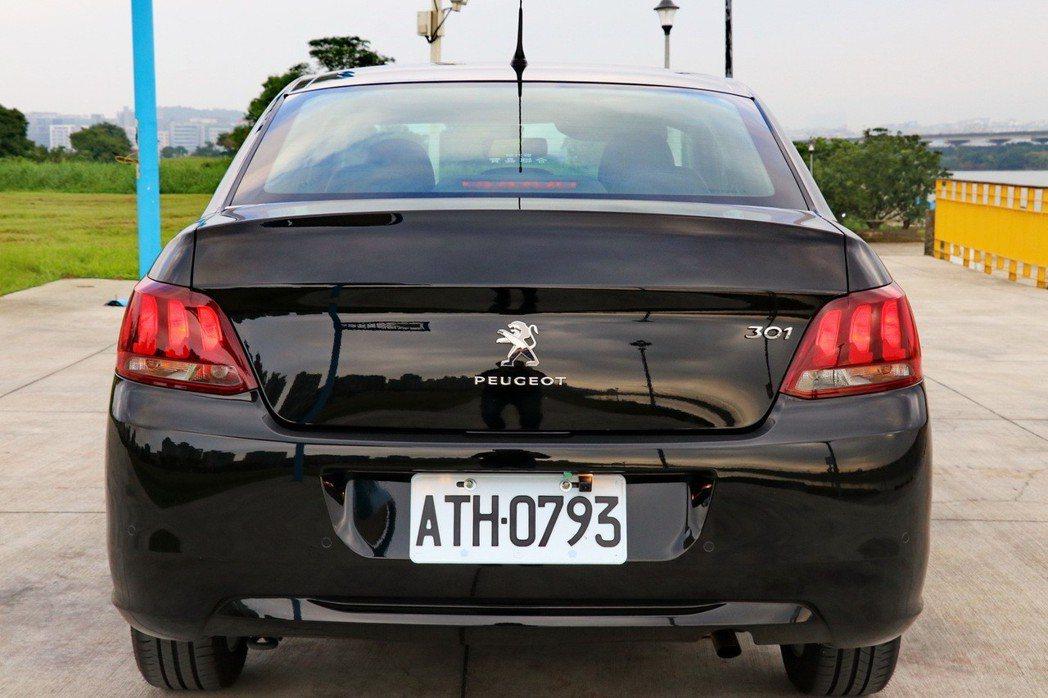 車尾廠徽同樣置中,加上獅爪造型尾燈,增添識別度。 記者陳威任/攝影