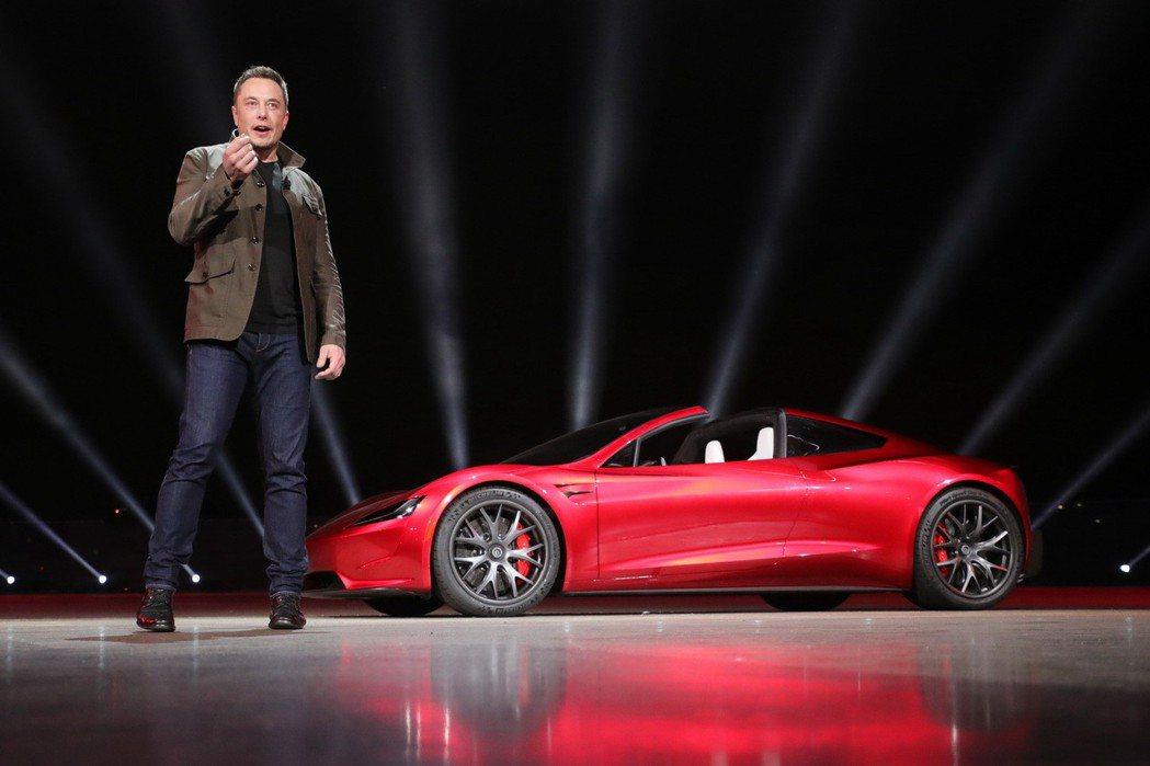 Elon Musk與全新Tesla Roadster。 摘自Tesla