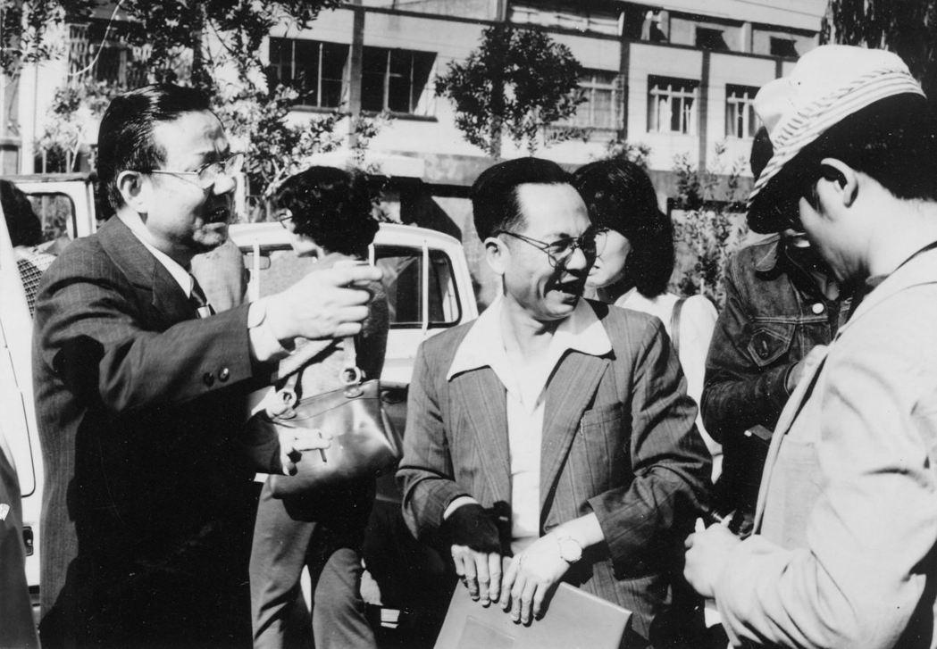 范姜新林(左著深色西裝者)獲不起訴處分步出偵查庭,向圍觀記者和民眾說,他的清白終...