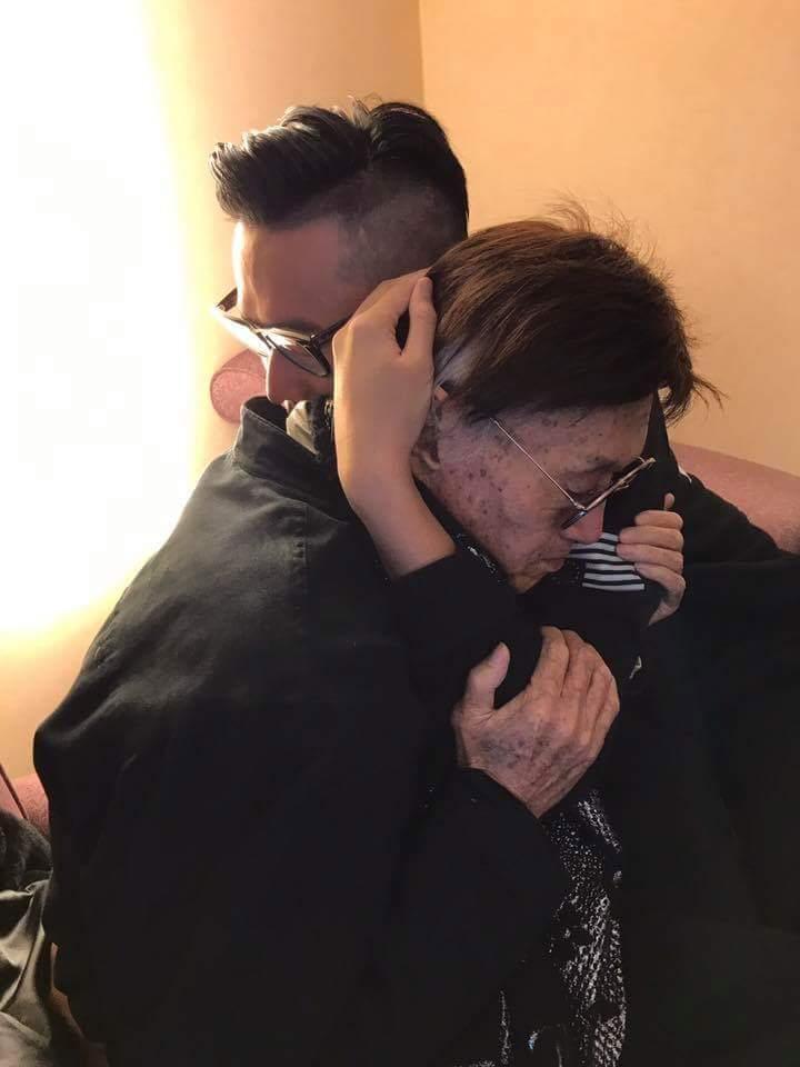 傅達仁和兒子緊緊相擁。圖/摘自傅達仁臉書