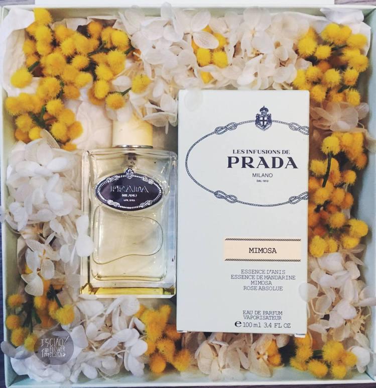 Ciao!巧偶花藝設計裝飾的Prada香水。圖/巧偶提供