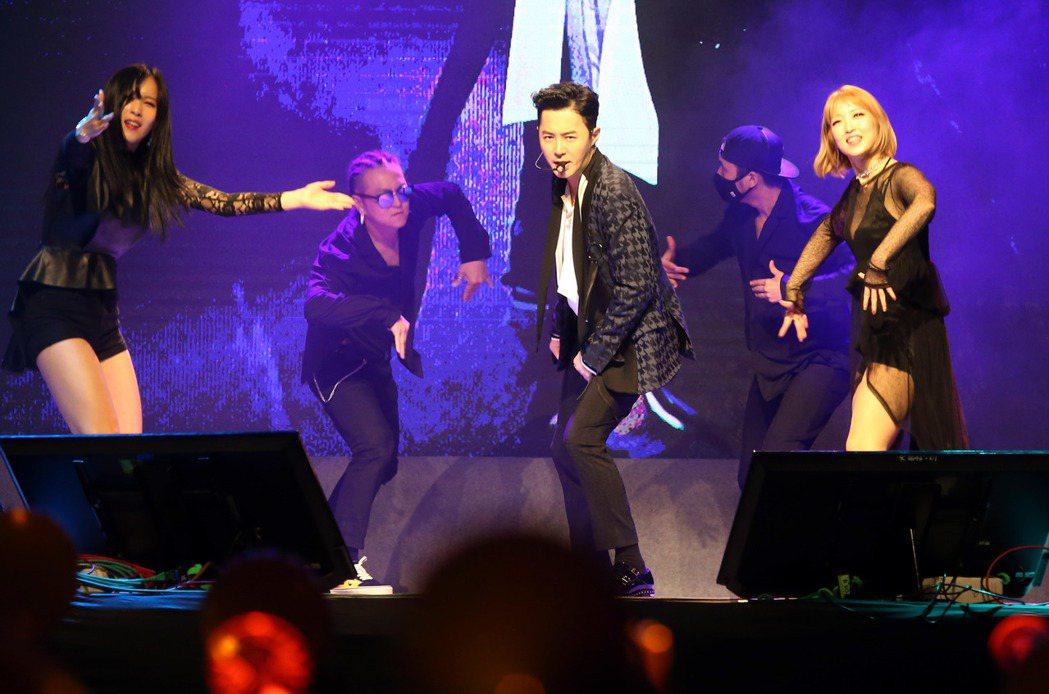 南韓元老級偶像團體「神話」成員前進,此次單獨來台會見粉絲,前進魅力依舊,讓全場紛