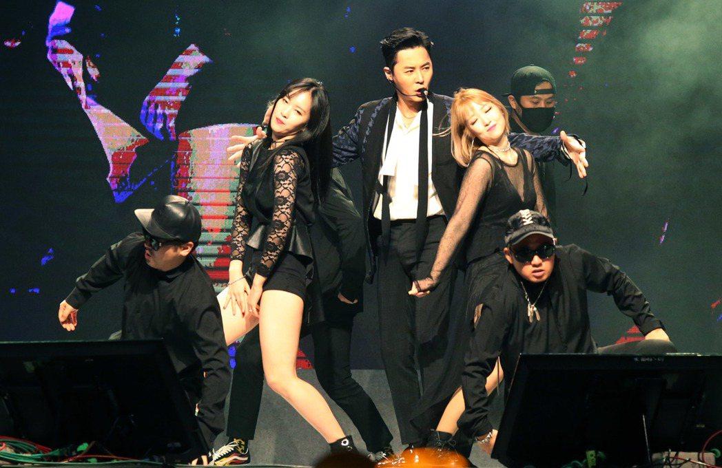 南韓元老級偶像團體「神話」成員前進,此次單獨來台會見粉絲,前進魅力依舊,讓全場紛...