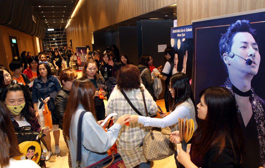 南韓元老級偶像團體「神話」成員前進今晚在台北舉行《2017 JUNJIN Min...