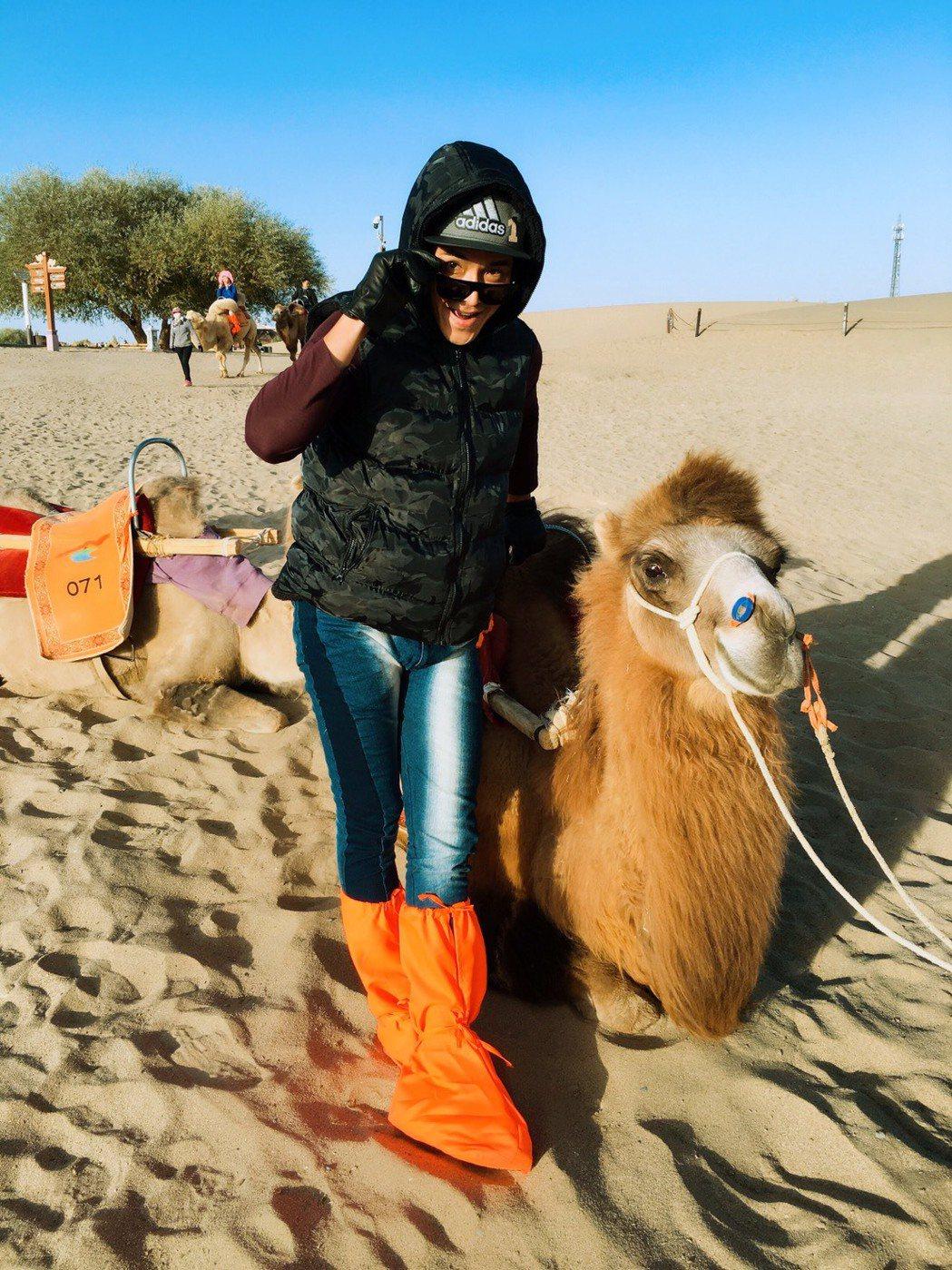 王傳一赴敦煌拍攝古裝戲「東宮」,沙漠體驗騎駱駝。圖/嚞娛樂提供