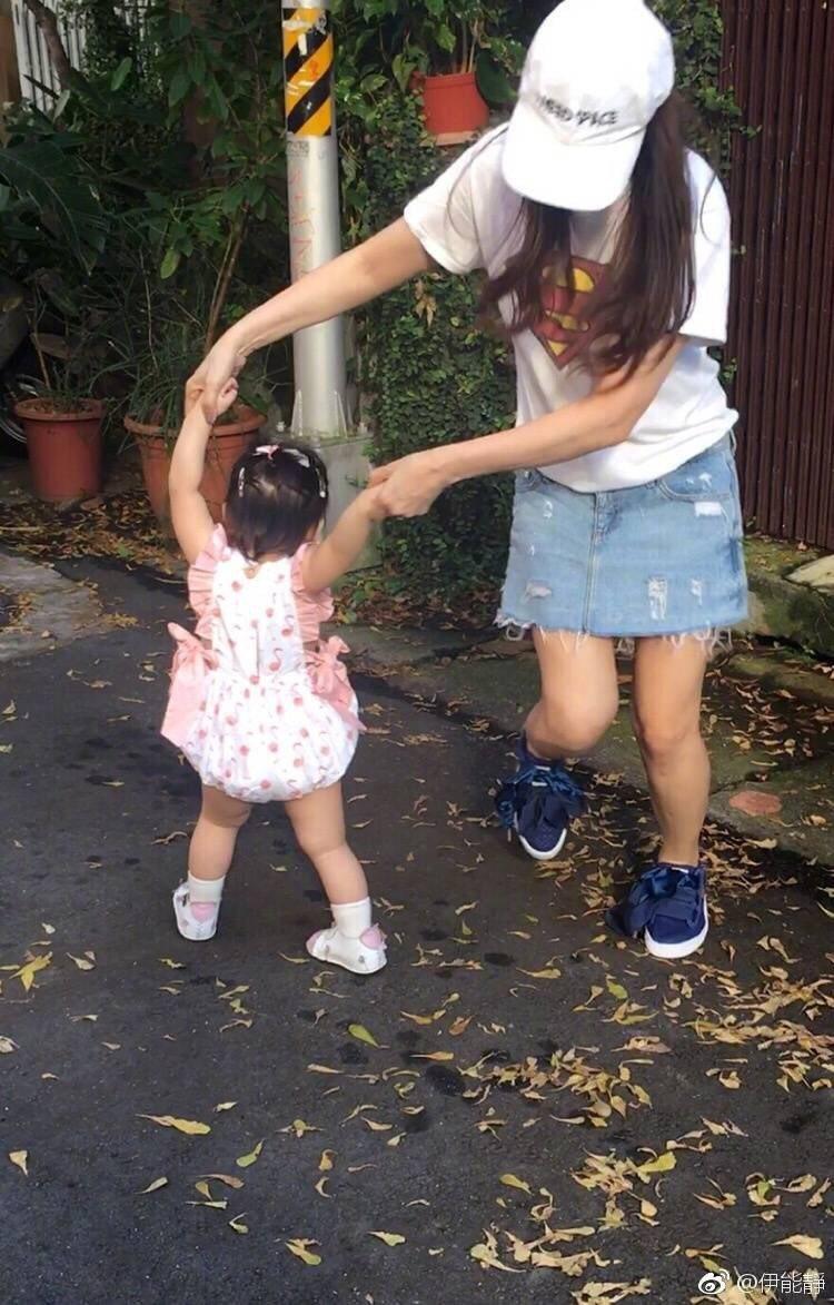 伊能靜帶著女兒米粒轉圈圈跳舞。圖/摘自伊能靜微博
