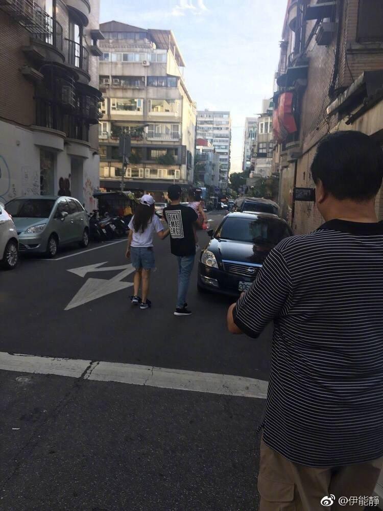 伊能靜一家三口街頭散步,多虧有秦昊的父親掌鏡記錄。圖/摘自伊能靜微博