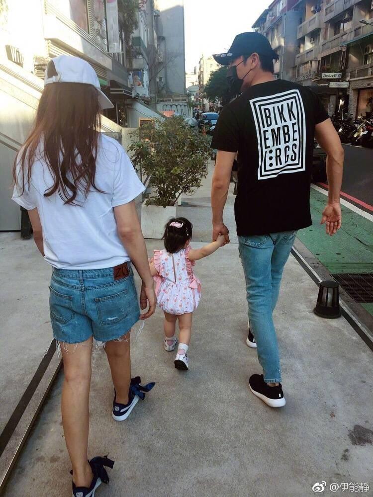 伊能靜、秦昊牽著女兒小手在街頭漫步,畫面溫馨。圖/摘自伊能靜微博