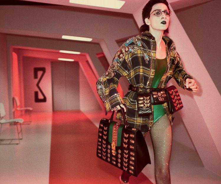 Gucci輕巧可愛的Sylvie包款在今年秋冬推出放大款式並增添花俏設計。圖/G...