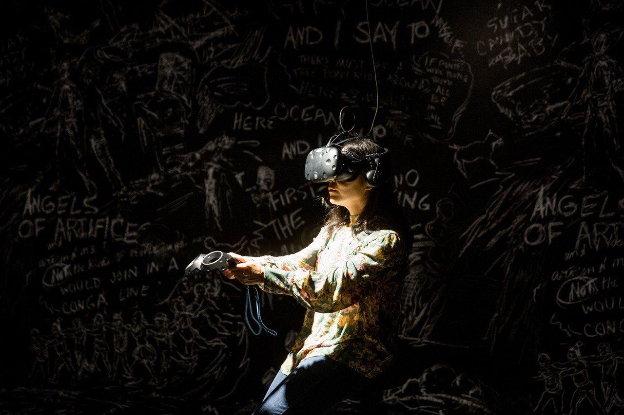 在「沙中房間」15分鐘的體驗過程,觀眾將以自主操控方式,進入由黑板與粉筆,手繪符...
