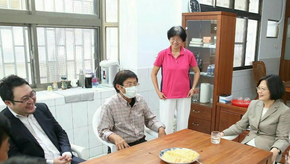 去年6月,總統蔡英文(右1)前往高雄市橋頭探望農委會前副主委戴振耀(左2)。左1...