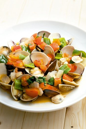 番茄蔬菜蒸蛤蜊 圖╱摘自三采出版《譚敦慈、陳之穎帶你安心過生活》非