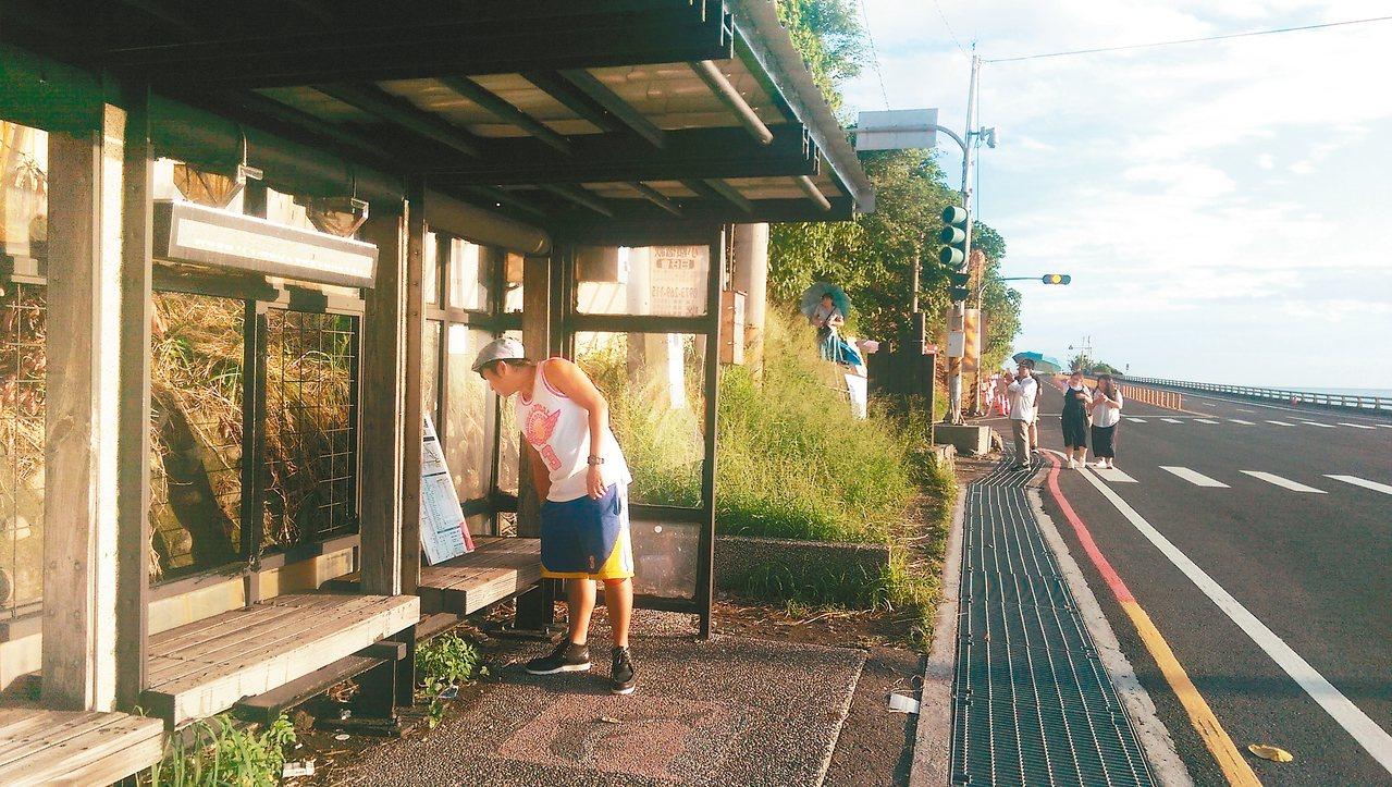 台東縣府推動「公車動態導遊」資訊系統,率先在南迴多良公車亭建置,頗受遊客好評。 ...