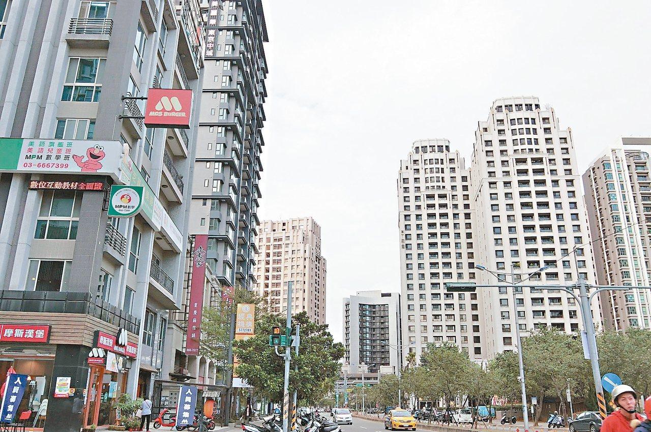 新竹市關新里高樓大廈林立,是全國所得中位數最高的里。 記者張念慈/攝影