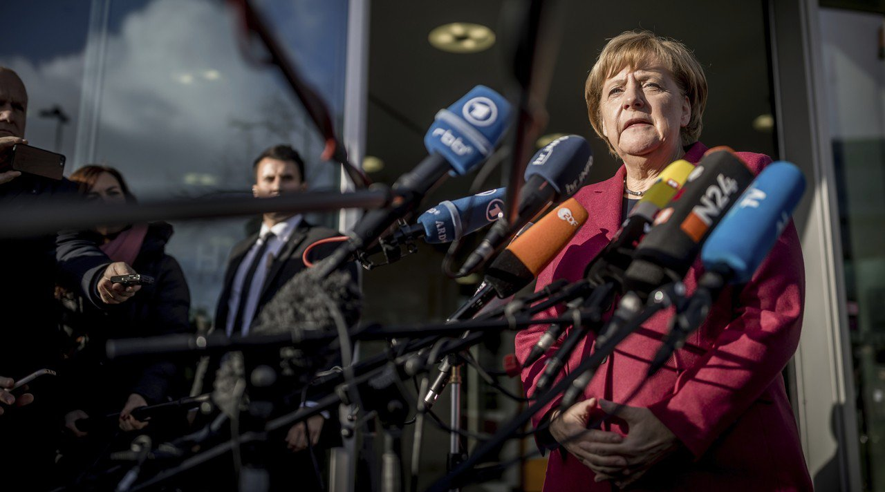 德國總理梅克爾十七日在組閣會談前對記者發表談話。 (美聯社)