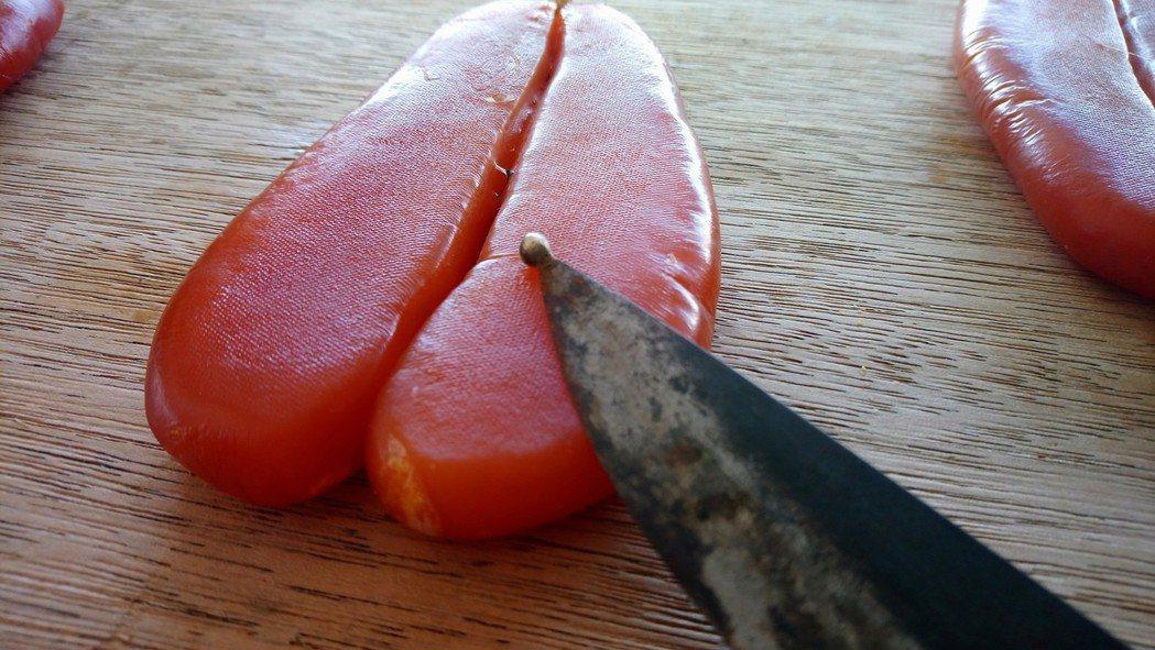 剖烏魚腹專用刀尖還鑄焊一顆鋼珠,避免剖魚腹劃破魚卵。 記者卜敏正/攝影