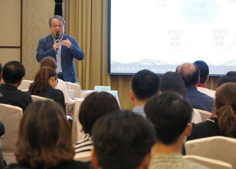 中興大學EMBA執行長紀信義介紹該班特色與課程規劃。 蔣佳璘/攝影