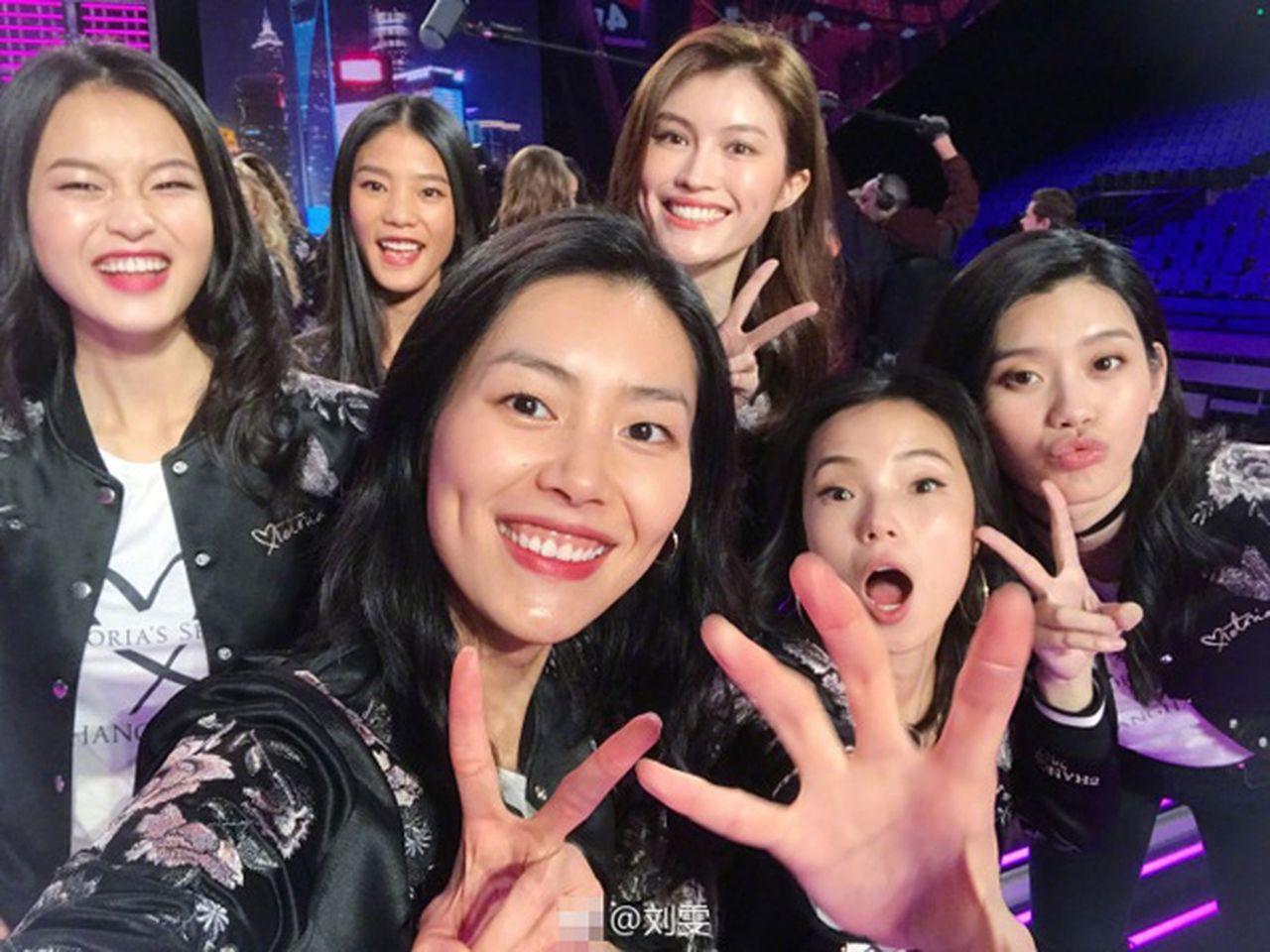 )上海維密秀 張靚穎成首位登台的中國歌手