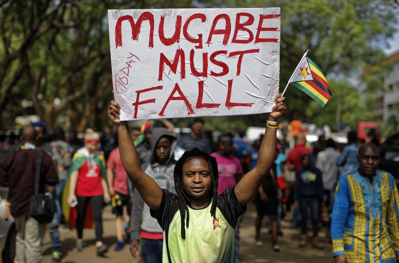 數以萬計的辛巴威民眾18日走上首都哈拉雷街頭,慶祝總統穆加比(Robert Mu...