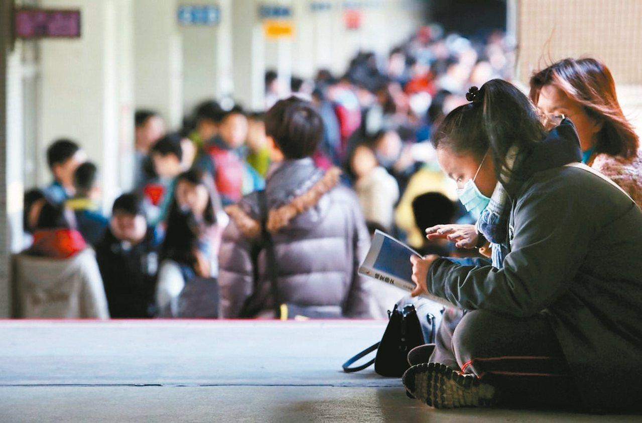 面對108課綱的大學考招新制,有老師擔心可能造成自然科考生程度下降。 報系資料照