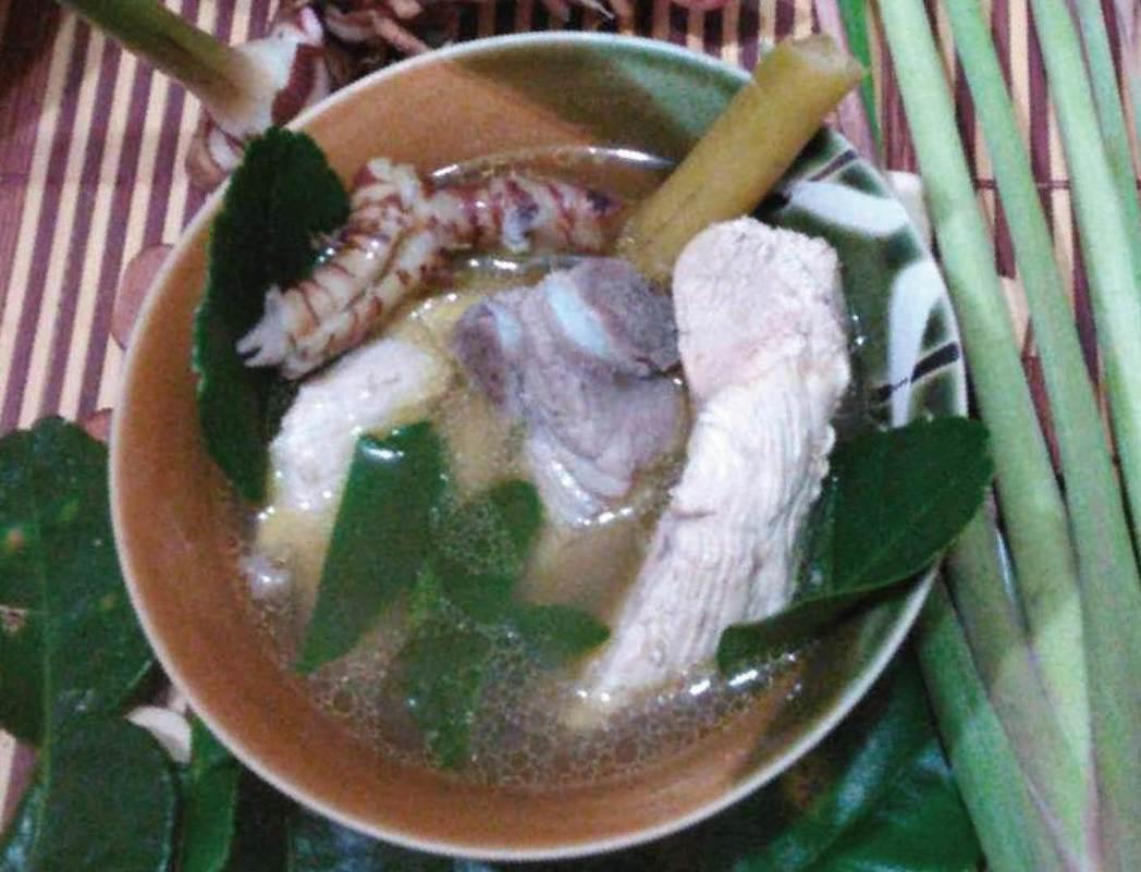王平的拿手好菜「南薑香茅萊姆葉燉雞肉排骨湯」。 記者董俞佳/攝影
