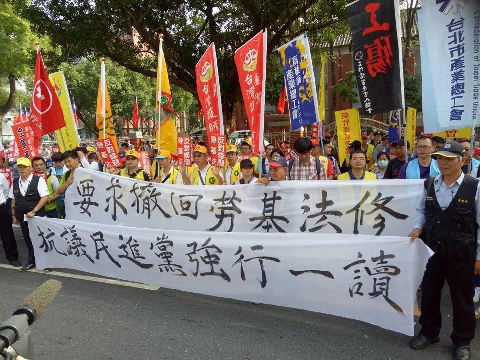 「一例一休」修法引爆爭議,勞團擔心將使勞工過勞,日前赴立院抗議。 圖/北市產總提...