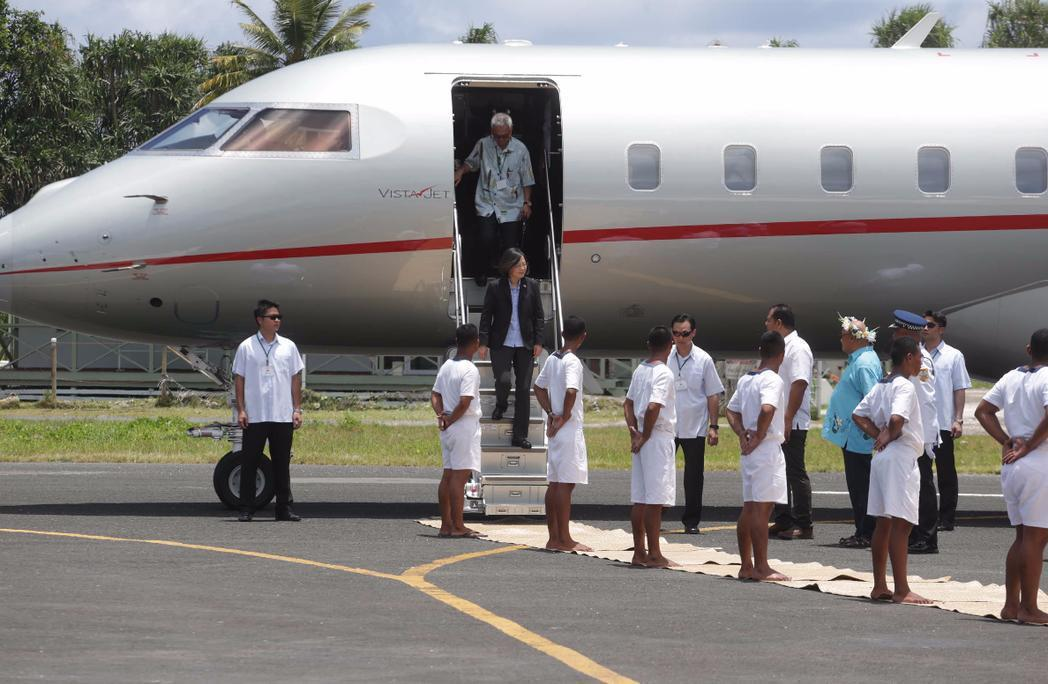 蔡英文總統租用小型商務噴射客機抵吐瓦魯訪問,遭質疑花太多錢。 (中央社)