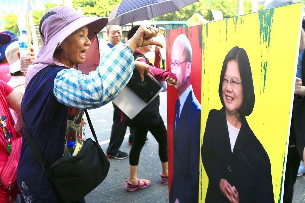 不滿年改的群眾製作蔡英文的立牌,供民眾拍打嗆聲。 本報資料照片
