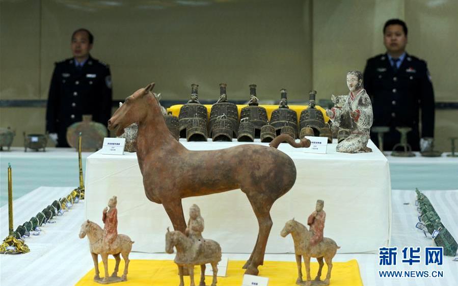 大陸陝西省淳化縣公安局在發布會現場展示被追回的文物。 圖/摘自新華網
