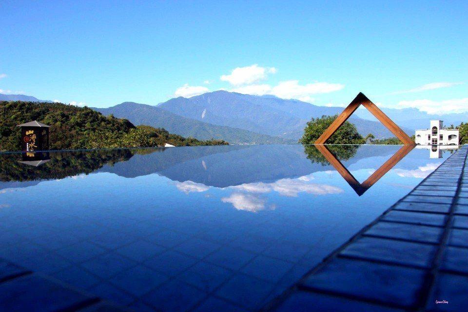 無邊際的露天溫泉大眾池,讓人坐擁絕美後山風光。(圖片提供/山灣水月景觀溫泉會館)