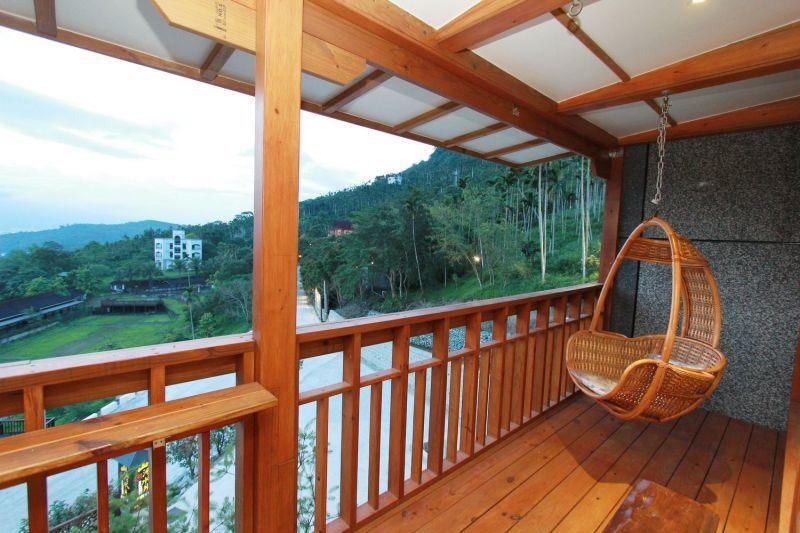 房外的小陽台特意設置了南洋風藤椅 ,讓人悠閒坐看風景。(攝影/陳德偉)