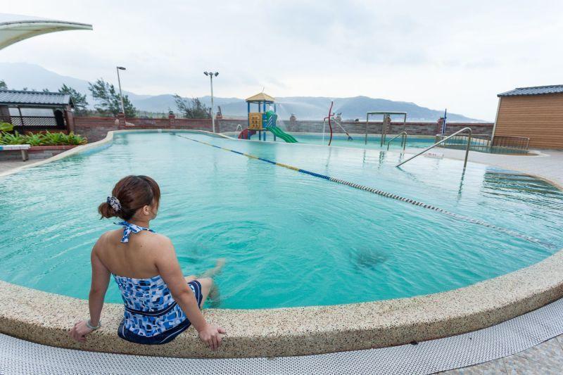 大眾風呂區有游泳池、兒童戲水池,海風拂面,站著就能看到海天一色。(攝影/欣傳媒)