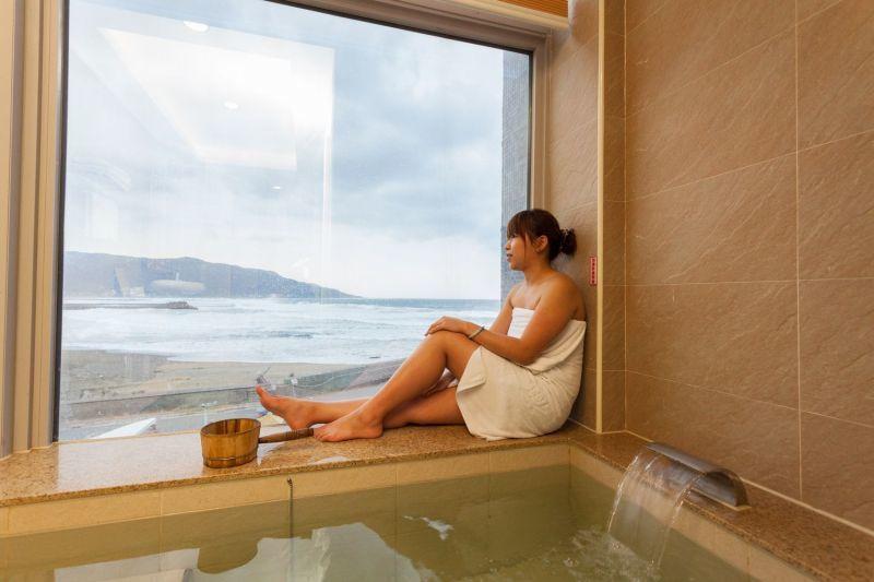 金山海灣每間客房都是海景房、有獨立湯池,為泡湯添度假情調。(圖片提供/欣傳媒)