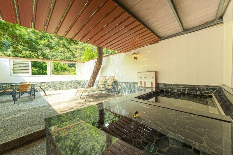 家庭湯屋特別設有冷、熱雙泉池、躺椅與休憩桌椅,一家大小都能悠閒享受泡湯樂趣。(攝...