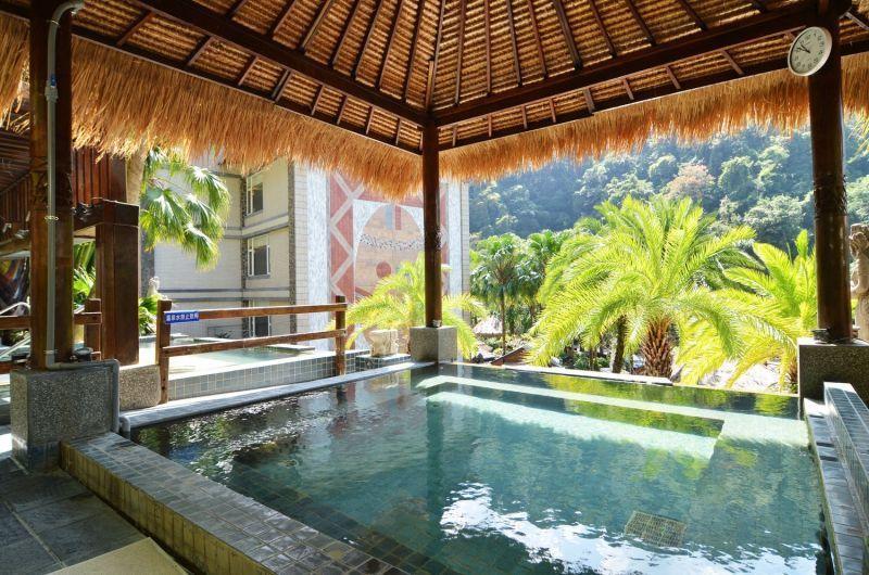 日出溫泉渡假飯店,在濃濃的異國風情下,坐擁居高臨下的絕佳景致。(攝影/劉宸嘉)