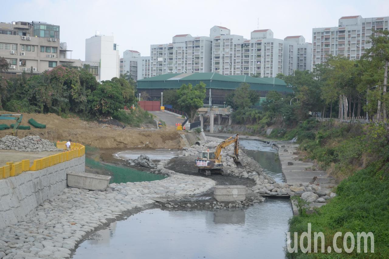 台南市竹溪景觀改造與整治工程已進行近1年,水道右岸部分河段的水泥鋪面已改為砌石,...