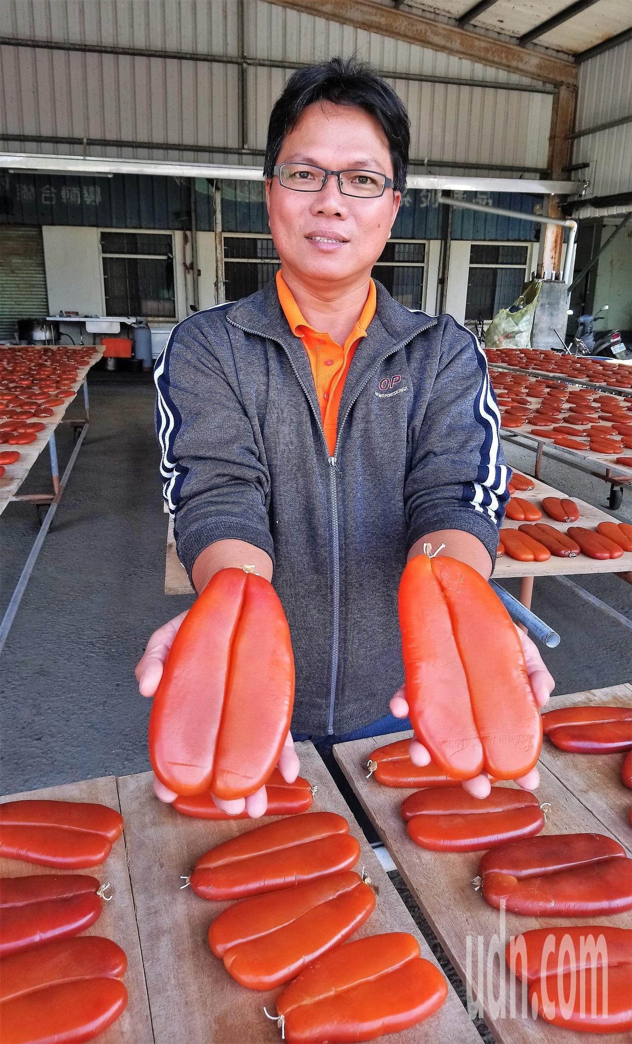 蔡鳳祺表示,雲嘉地區養殖烏魚每年11月後最肥美,烏魚卵也相對豐厚,是製作烏魚子最...