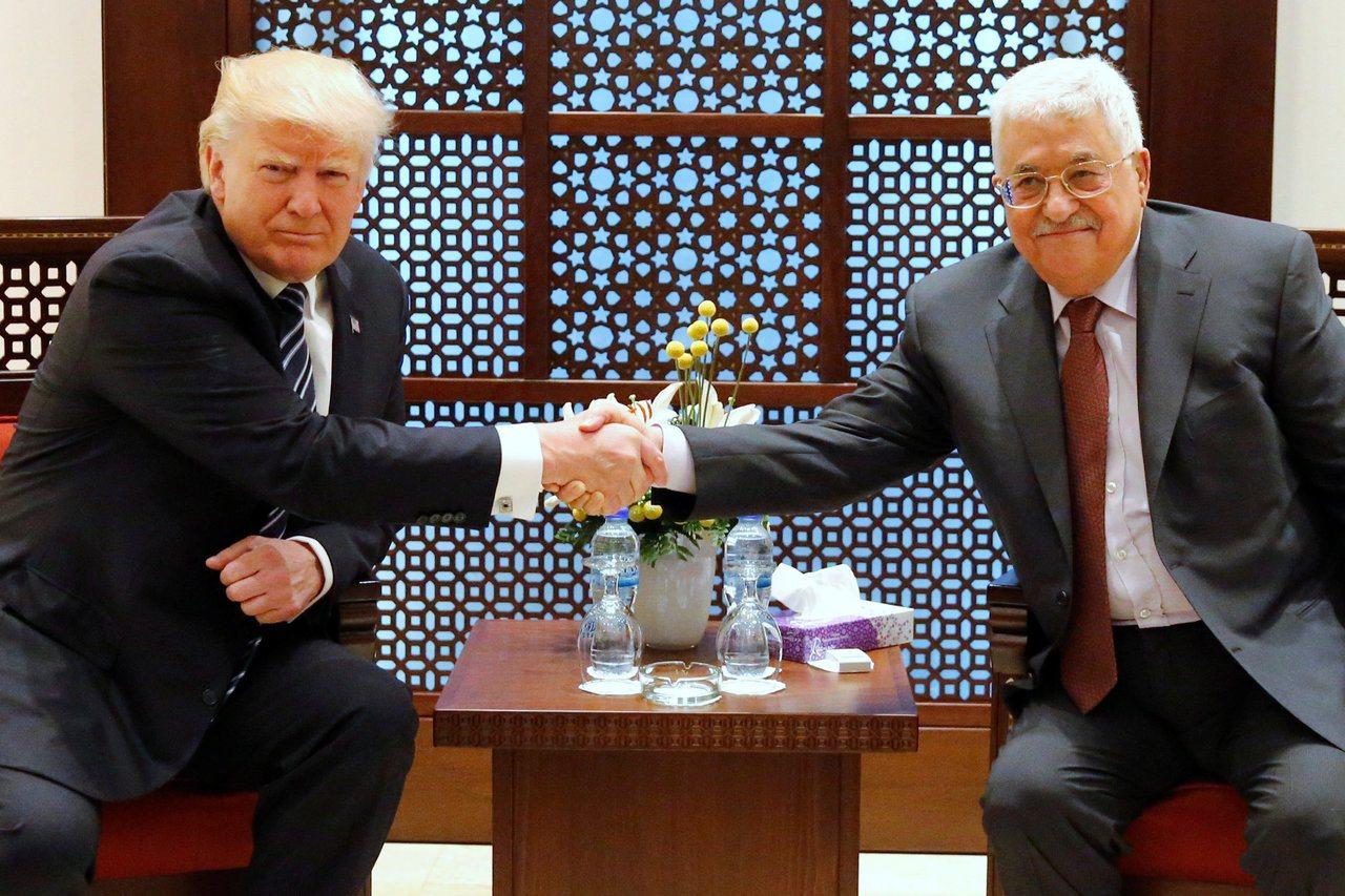 美國總統川普(左)2017年5月與巴勒斯坦自治政府主席阿巴斯會談。路透