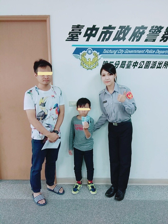 5歲男童撿到7000元到派出所。記者游振昇/翻攝