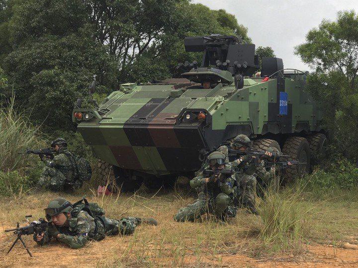 國軍軍事演習頻繁,演習期間戰甲車與各式兵力在民間部署,常吸引軍事迷全程跟拍。國防...