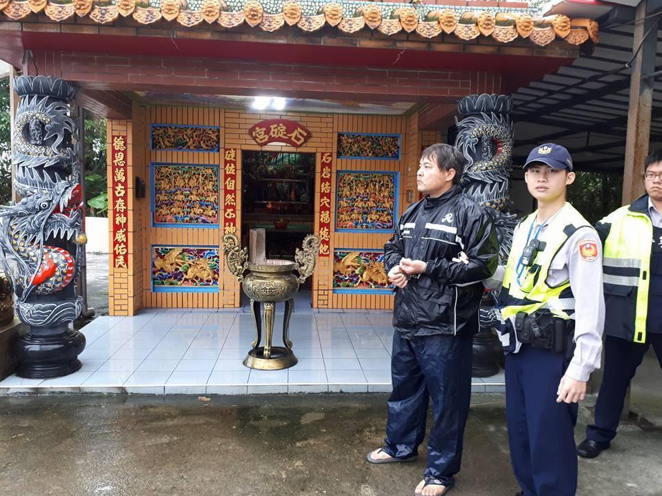陳姓竊嫌昨天到核四門口的土地公廟行竊,被里長和趕到的員警逮獲。圖/吳勝福里長提供