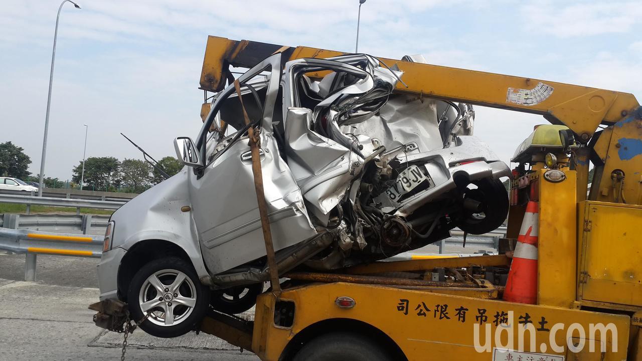 國道三號車禍,轎車被撞得扭曲變形。記者黃宣翰/攝影