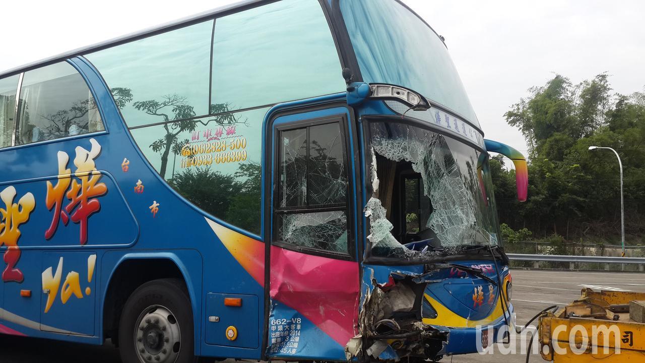 國道三號車禍,遊覽車左側車頭有撞痕,左前擋風玻璃破裂。記者黃宣翰/攝影